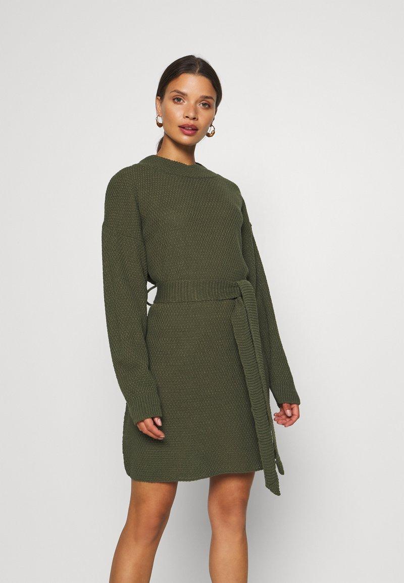 Glamorous Petite - TIE WAIST JUMPER DRESS - Jumper dress - forest green