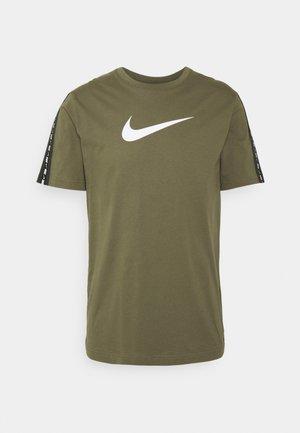 REPEAT TEE - T-shirt med print - medium olive/white