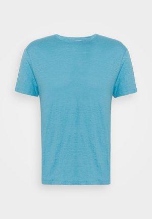 CLASH TEE - Jednoduché triko - bleu pastel