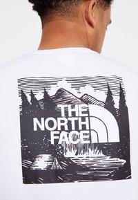 The North Face - REDBOX CELEBRATION TEE - Triko spotiskem - white/black - 4