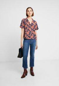 Neuw - MANHATTAN - Button-down blouse - cognac/navy - 1