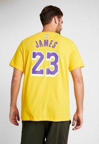 Nike Performance - NBA LA LAKERS LEBRON JAMES NAME NUMBER TEE - Equipación de clubes - amarillo - 2