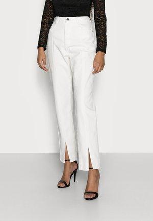 SPLIT FRONT WRATH - Straight leg jeans - white