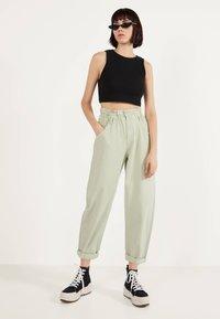 Bershka - MIT STRETCHBUND  - Trousers - green - 1