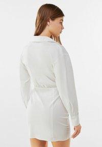 Bershka - MIT RAFFUNGEN - Shirt dress - white - 2