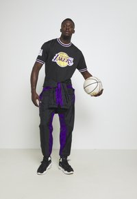 New Era - NBA LOS ANGELES LAKERS OVERSIZED APPLIQUE TEE - Print T-shirt - black - 1