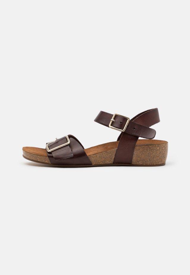 MILA - Sandały na koturnie - brown