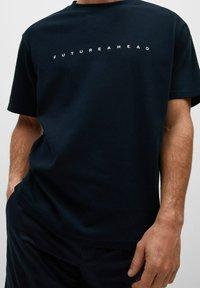 Mango - FUTURE-I - T-shirt print - bleu marine foncé - 4