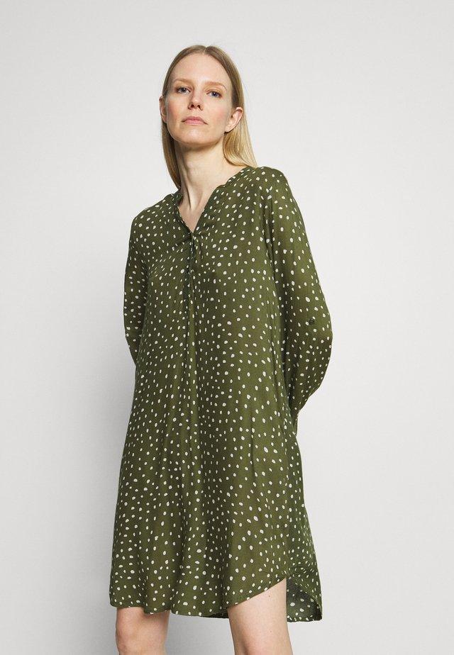 KAMARANA DRESS - Vapaa-ajan mekko - grape leaf/chalk