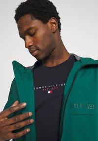 Tommy Hilfiger - ESSENTIAL - T-shirt med print - desert sky - 3