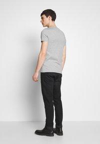 Tommy Hilfiger - STRETCH SLIM FIT VNECK TEE - T-shirt basic - grey - 2