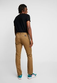 Vans - MN AUTHENTIC CHINO STRETCH - Chinos - dirt - 2