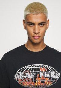 Mennace - A$AP FERG FLAME GLOBE  - T-shirt med print - black - 3