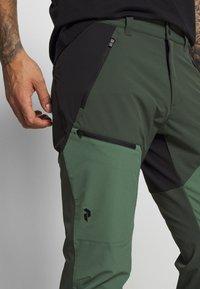 Peak Performance - LIGHT CARBON PANTS - Długie spodnie trekkingowe - drift green - 4