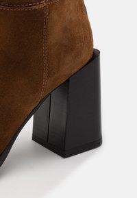 Furla - ESTER KNEE BOOT - Boots med høye hæler - cognac - 4