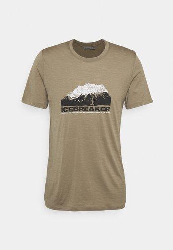 TECH LITE CREWE MOUNTAIN - Print T-shirt - flint