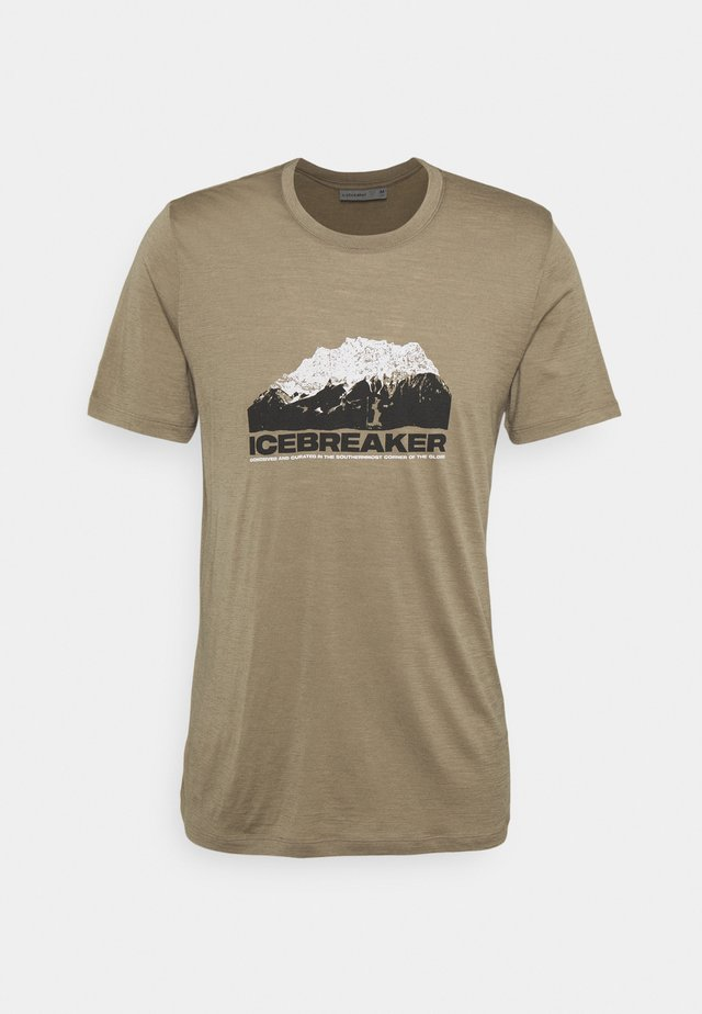 TECH LITE CREWE MOUNTAIN - T-shirts med print - flint