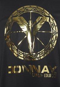 Carlo Colucci - DONNAY X CARLO COLUCCI - Print T-shirt - black/gold - 4