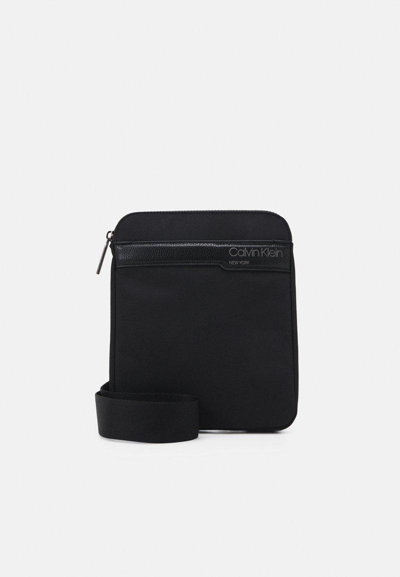 Calvin Klein - FLAT PACK UNISEX - Taška spříčným popruhem - black