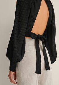 NA-KD - OPEN BACK PLEATED BLOUSE - Long sleeved top - black - 4