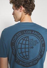 Pier One - T-shirt med print - blue - 3