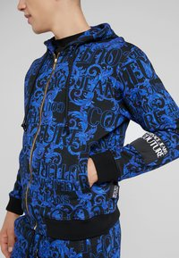 Versace Jeans Couture - BAROQUE ZIP HOODIE - Huvtröja med dragkedja - dark blue - 6
