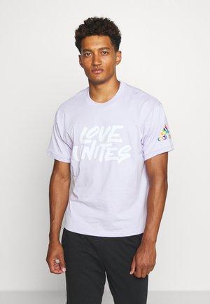PRIDE SPORTS SHORT SLEEVE GRAPHIC TEE - Print T-shirt - purpletint