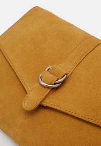 Even&Odd - LEATHER - Across body bag - mustard - 3