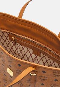 MCM - TONI E/W SHOPPER IN VISETOS - Tote bag - cognac - 3
