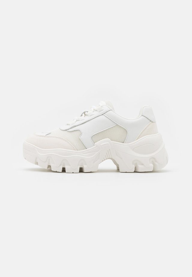 CHUNKY TREKKING TRAINERS - Sneakers laag - white