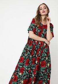 Madam-T - Maxi dress - schwarz rot - 3