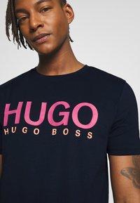 HUGO - DOLIVE - T-shirt print - dark blue - 4