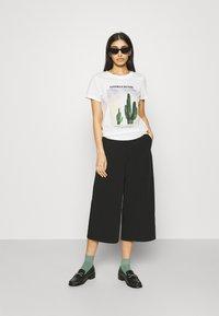 ONLY - ONLLALA LIFE - T-shirt imprimé - cloud dancer - 1
