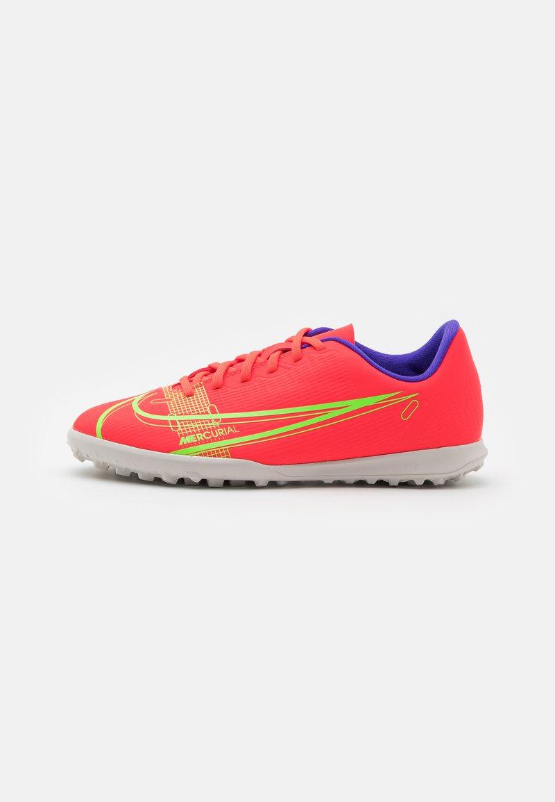 Nike Performance - JR MERCURIAL VAPOR 14 CLUB TF UNISEX - Kopačky na umělý trávník - bright crimson/metallic silver