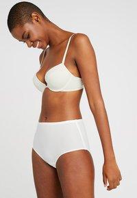 Calvin Klein Underwear - FLIRTY PLUNGE - Push-up bra - ivory - 1