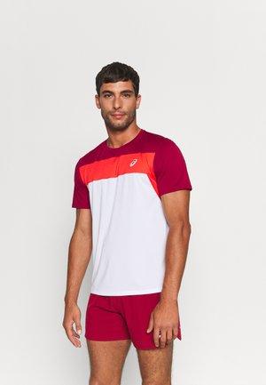 RACE - T-shirt med print - brilliant white/burgundy