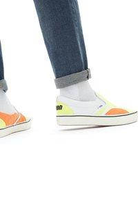 Vans - UA ComfyCush Slip-On SM - Slip-ons - (penn) yellow/orange - 0
