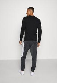 Fila - LAITO TRACK - Verryttelyhousut - black/bright white - 2