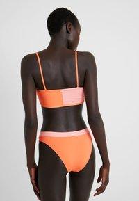 Rip Curl - COLOUR BLOCK BANDEAU - Bikiniyläosa - pink/orange - 2