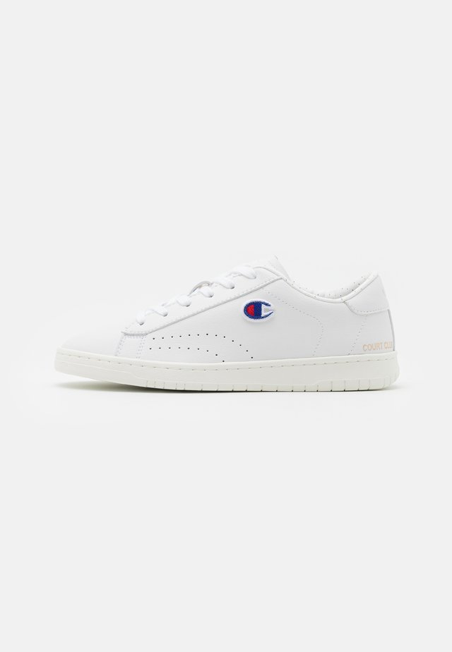 LOW CUT SHOE COURT CLUB PATCH - Treningssko - white
