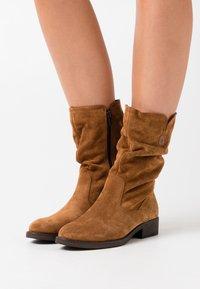 Tamaris - BOOTS - Vysoká obuv - cognac - 0