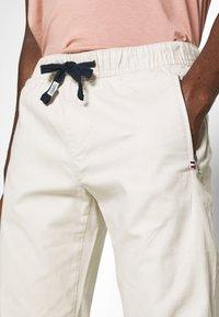 Tommy Jeans - SCANTON JOGGER DOBBY PANT - Pantalon de survêtement - light silt - 3