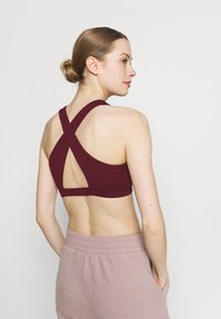 Cotton On Body - WORKOUT CUT OUT CROP - Light support sports bra - mulberry - 2