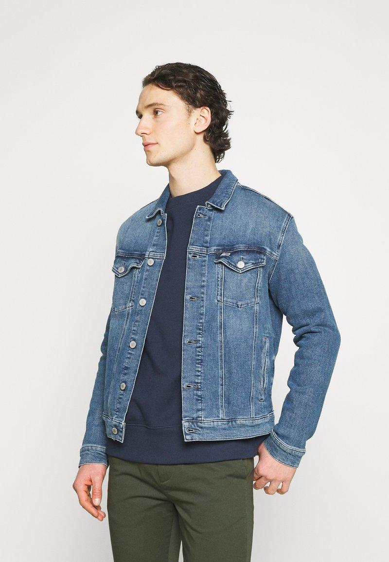 Tommy Jeans - REGULAR TRUCKER JACKET  - Spijkerjas - blue denim