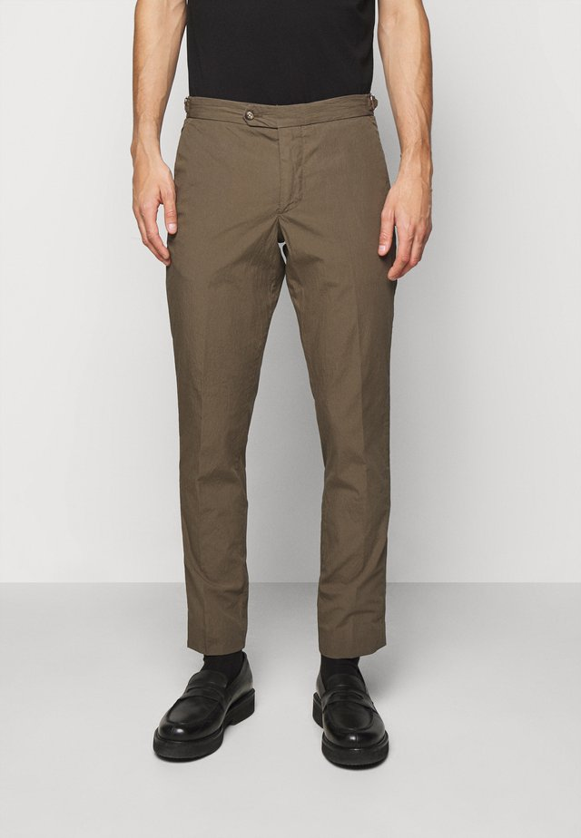 TAILORED SEERSUCKER TRIOUSERS - Chinos - military green