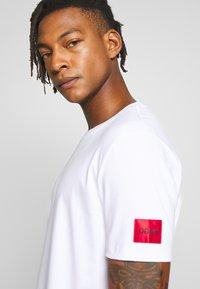 HUGO - DURNED - Print T-shirt - white - 3