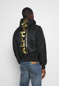 Alpha Industries - TEC BACK PRINT - Giubbotto Bomber - black/yellow gold - 2