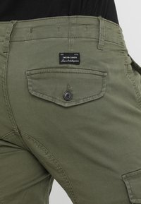 Jack & Jones - JJIPAUL JJFLAKE  - Bojówki - olive night - 5