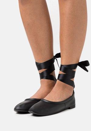 RACHELLE - Ballerine con cinturino - noir