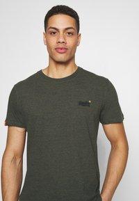 Superdry - VINTAGE CREW - Basic T-shirt - desert olive/space dye - 4